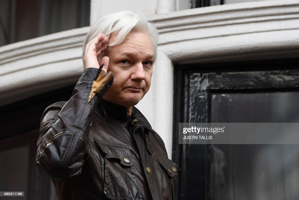 Wikileaks founder Julian Assange speaks on the balcony of the Embassy of Ecuador in London on May 19, 2017. WikiLeaks founder Julian Assange on Friday hailed an 'important victory' after Swedish prosecutors dropped a rape investigation against him, speaking in a rare public appearance at Ecuador's embassy in London. / AFP PHOTO / Justin TALLIS
