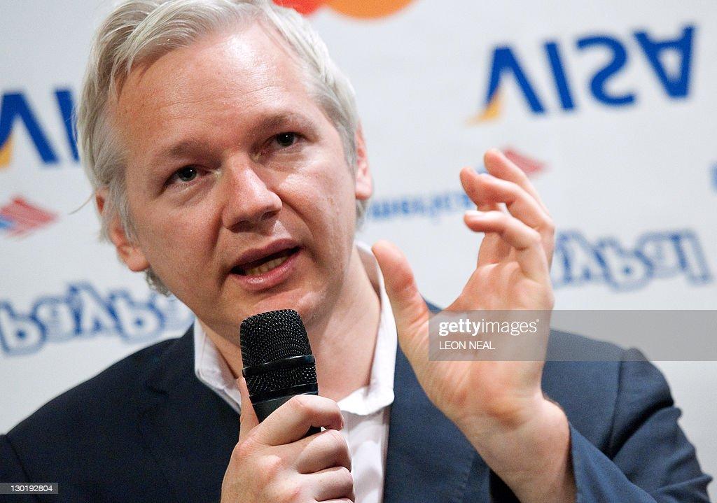 Wikileaks founder Julian Assange stands : News Photo