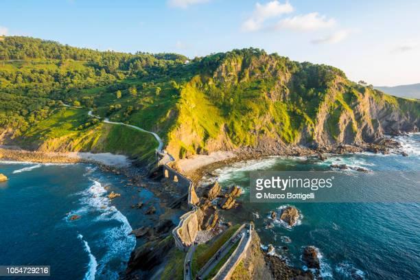wild coast at gatzelugatxe, basque coast, spain - pais vasco fotografías e imágenes de stock