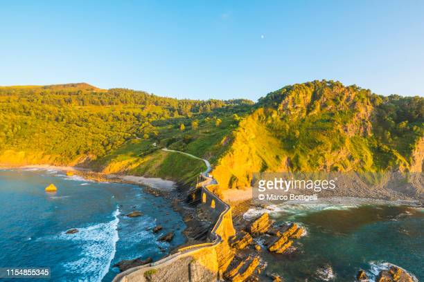 wild coast at gaztelugatxe, basque coast, spain - paisaje espectacular fotografías e imágenes de stock