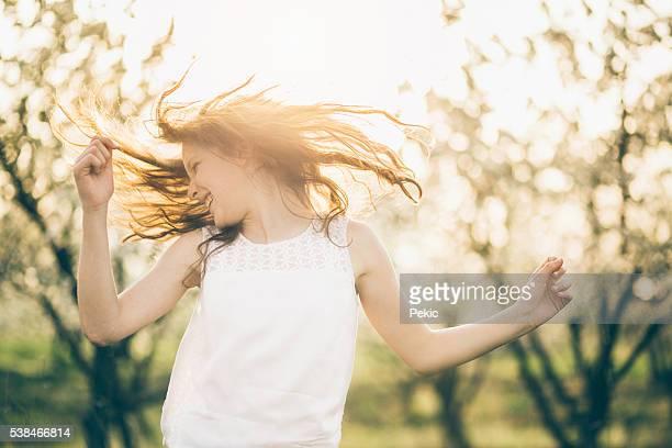 Ritratto di ragazza di bellezza capelli selvaggi