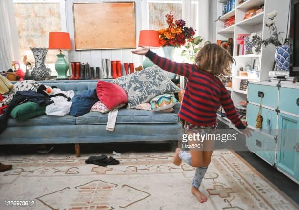 wildes kind in einem chaotischen haus, chaos und kindheit - chaos stock-fotos und bilder