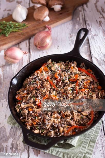 skillet de arroz salvaje - echalote fotografías e imágenes de stock