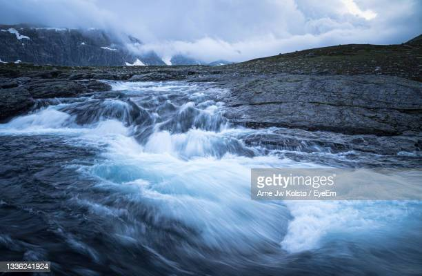 wild river flowing through a mountain area in hardangervidda, norway. - arne jw kolstø stock pictures, royalty-free photos & images