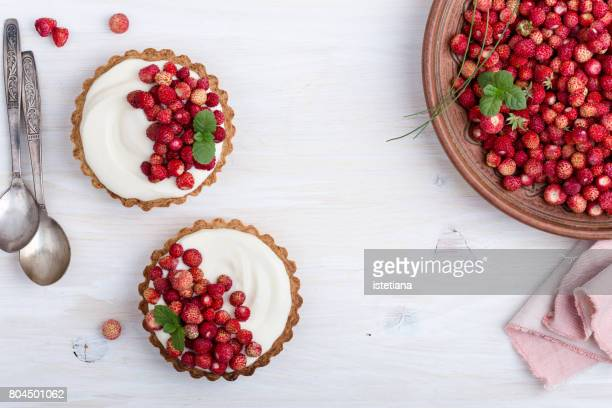 wild strawberry mini tarts with cream filling - cheesecake stock pictures, royalty-free photos & images