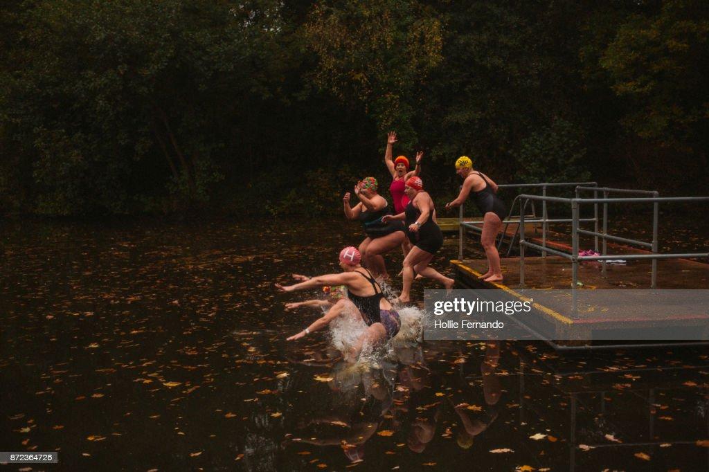 Wild Swimming Women's Group Autumnal Swim : Foto de stock