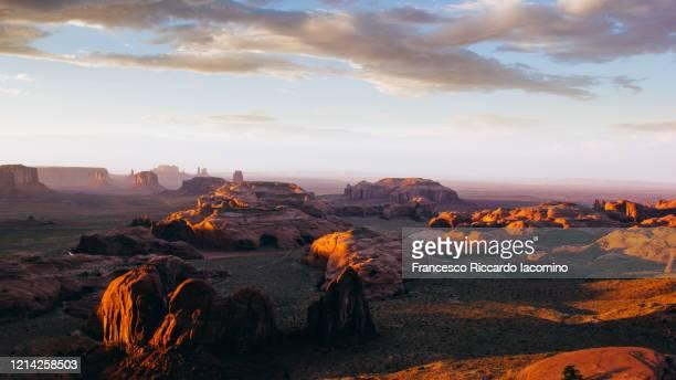 wild west, monument valley from the hunt's mesa at sunset. utah - arizona border - francesco riccardo iacomino united states foto e immagini stock