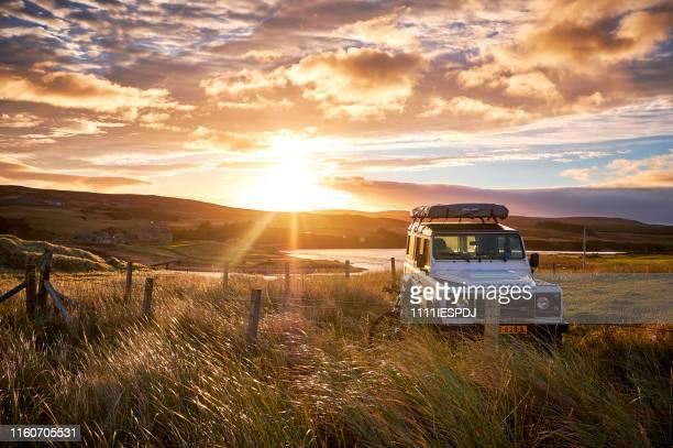 ランドローバーディフェンダー110、スコットランド、ノースコースト500とワイルドキャンプ。 - ランドローバー ストックフォトと画像