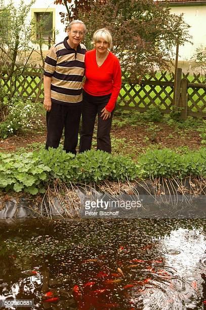 Wilfried Klaus Ehefrau Wera Ilfried Homestory Ferienhaus in Mittenwald 110504 Garten Goldfische Fische umarmen Teich Brille Promi Promis Prominente...
