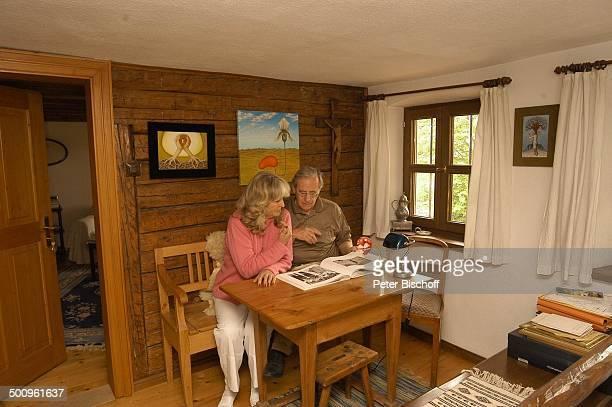 Wilfried Klaus , Ehefrau Wera Ilfried, Homestory, Ferienhaus in Mittenwald, 11.05.04, Buch lesen, Blume, sitzen, Brille, Promi Promis, Prominente,...