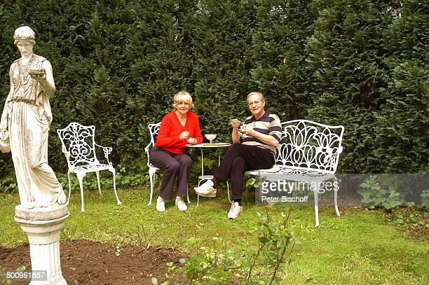 Wilfried Klaus , Ehefrau Wera Ilfried, Homestory, Ferienhaus in Mittenwald, 11.05.04, Garten, trinken, Tasse, Schale, Glas, Brille, Statue, Promi...
