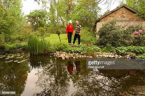 Wilfried Klaus Ehefrau Wera Ilfried Homestory Ferienhaus in Mittenwald 110504 Garten Teich Brille Promi Promis Prominente PNr 506/2004 MP Foto...