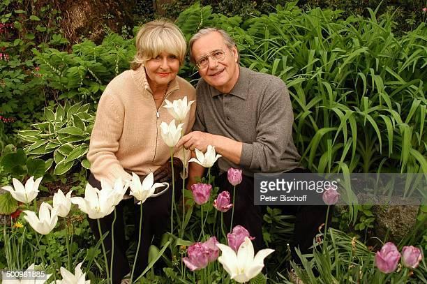 Wilfried Klaus Ehefrau Wera Ilfried Homestory Ferienhaus in Mittenwald 110504 Garten Blume Blumen pflücken Brille Promi Promis Prominente PNr...