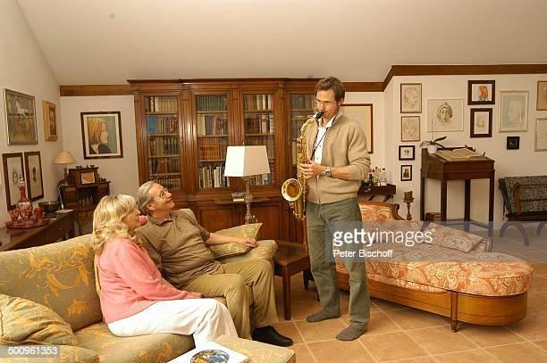 Wilfried Klaus Ehefrau Wera Ilfried Stiefsohn Dr Diego Neuhaus Homestory Ferienhaus in Mittenwald Wohnzimmer 110504 Brille umarmen Saxophon...