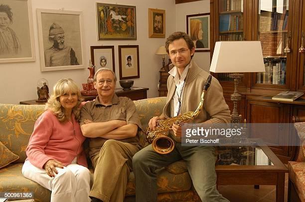 Wilfried Klaus , Ehefrau Wera Ilfried, Stiefsohn Dr. Diego Neuhaus , Homestory, Ferienhaus in Mittenwald, Wohnzimmer, 11.05.04, Brille, umarmen,...