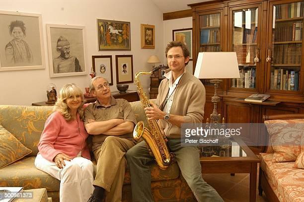 Wilfried Klaus Ehefrau Wera Ilfried Stiefsohn Dr Diego Neuhaus Homestory Ferienhaus in Mittenwald Wohnzimmer 110504 Brille umarmen Saxophon Musiker...
