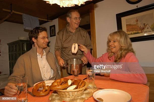 Wilfried Klaus Ehefrau Wera Ilfried Stiefsohn Dr Diego Neuhaus Homestory Ferienhaus in Mittenwald 110504 Esszimmer Abendessen Mittagessen Weißwurst...