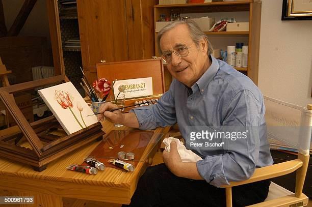 Wilfried Klaus Homestory Ferienhaus in Mittenwald 110504 Atelier Bilder Pinsel malen Farbe Gemälde Hobby Brille Promi Promis Prominente PNr 506/2004...