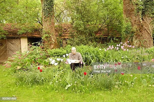 Wilfried Klaus , Homestory, Ferienhaus in Mittenwald, 11.05.04, Garten, Blume, Blumen, Brille, Promi Promis, Prominente, P.-Nr. 506/2004, MP; Foto:...