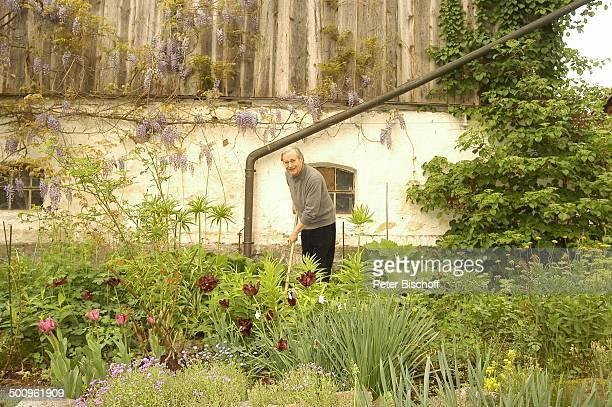 Wilfried Klaus , Homestory, Ferienhaus in Mittenwald, 11.05.04, Garten, Blume, Blumen, Gartenarbeit, Unkraut jähten, Brille, Promi Promis,...