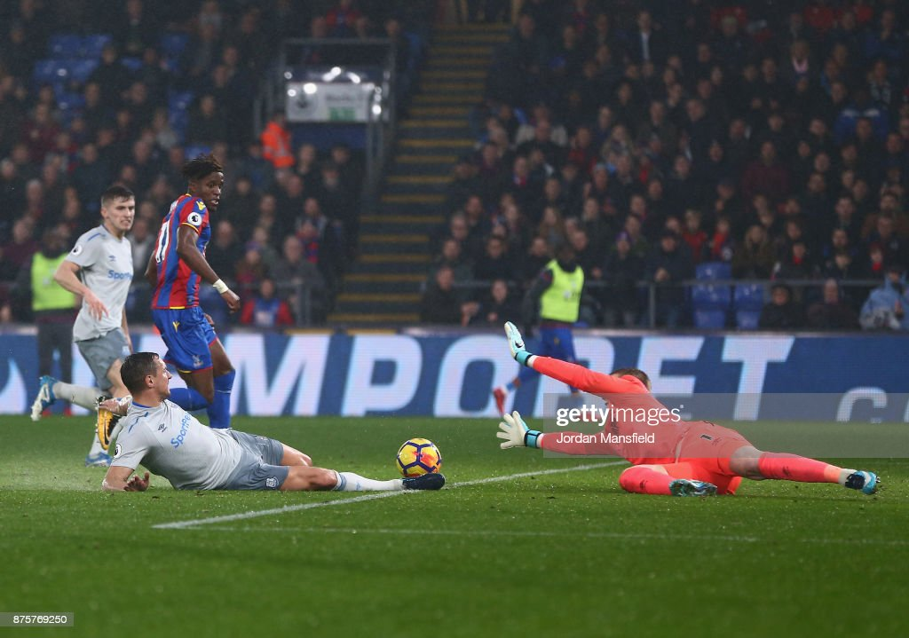 Wilfried Zaha of Crystal Palace scores his side's second goal to make it 2-1 during the Premier League match between Crystal Palace and Everton at Selhurst Park on November 18, 2017 in London, England.