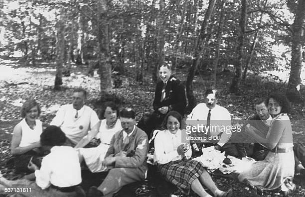Wilhelm Brueckner,Wilhelm Brückner,Adolf Hitler, , Politiker, NSDAP, D, - auf der Fahrt zu den Festspielen in, Bayreuth bei einem Picknick; von...