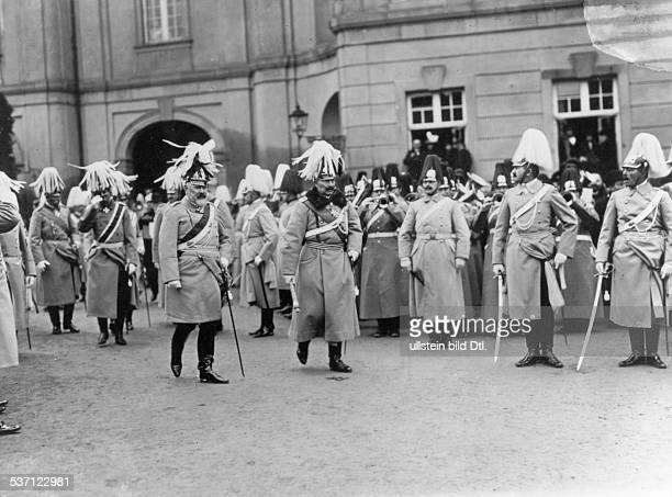 Wilhelm II Deutscher Kaiser 18881918 König von Preussen Kaiser Wilhelm II mit König Wilhelm II von Württemberg in Ludwigsburg anl der...