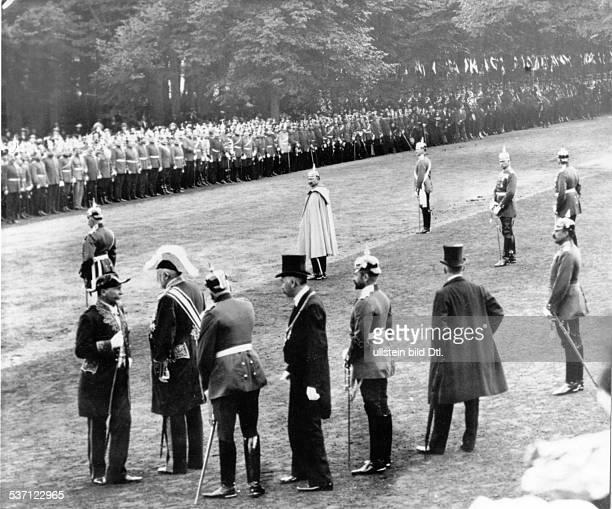Wilhelm II Deutscher Kaiser 18881918 König von Preussen Wilhelm II bei einer Parade in Düsseldorf wahrscheinlich 1902