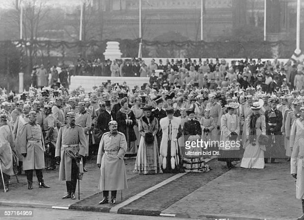 Wilhelm II. , Deutscher Kaiser 1888-1918, König von Preussen, Wilhelm II. Mit Kaiserin, Auguste Viktoria , und Festgästen bei der Einweihung, des...