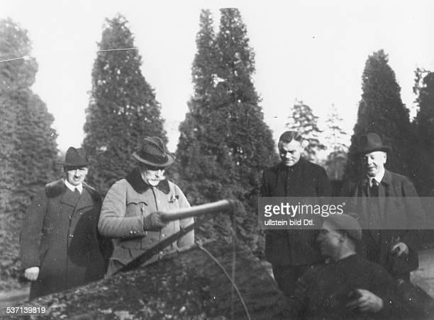 Wilhelm II Emperor of Germany Deutscher Kaiser 18881918 König von Preussen Wilhelm II betrachtet einen gefällten Nussbaum in Doorn