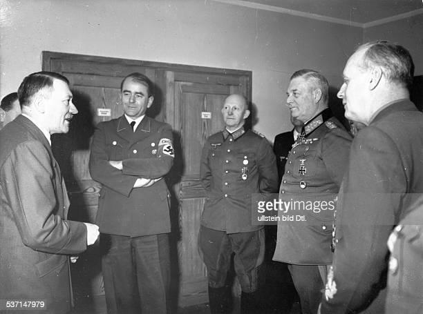 Wilhelm Keitel Adolf Hitler Alfred Jodl Politiker NSDAP D Führerhauptquartier 'Adlerhorst' in Ziegenberg bei Bad Nauheim Hitler nimmt die...