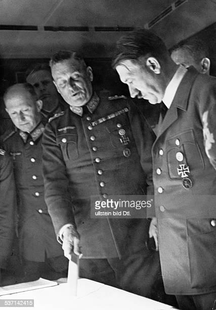 Wilhelm Keitel Adolf Hitler Alfred Jodl Politiker NSDAP D Lagebesprechung im Sonderzug während des Polen Feldzuges am Kartentisch General Alfred Jodl...