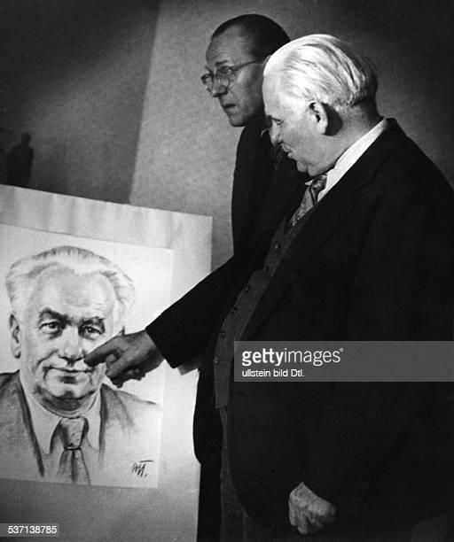 Wilhelm Pieck,Wilhelm Pieck , Politiker, KPD, SED; DDR, Pieck und Otto Grotewohl betrachten, ein Pieck-Porträt, - 1948