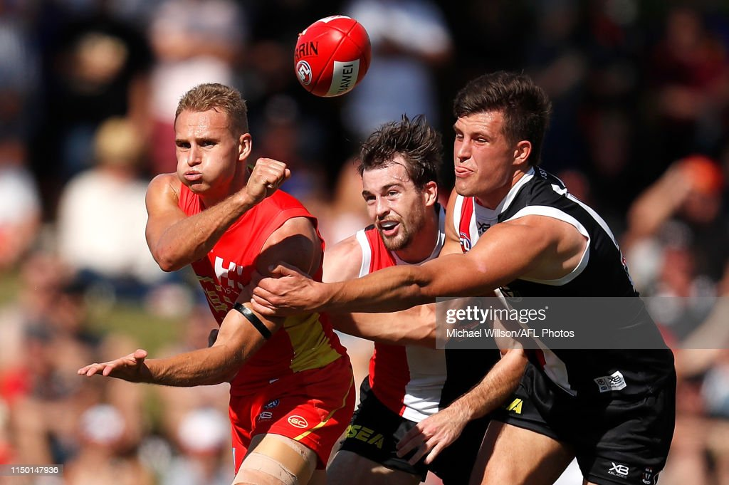 AFL Rd 13 - Gold Coast v St Kilda : News Photo