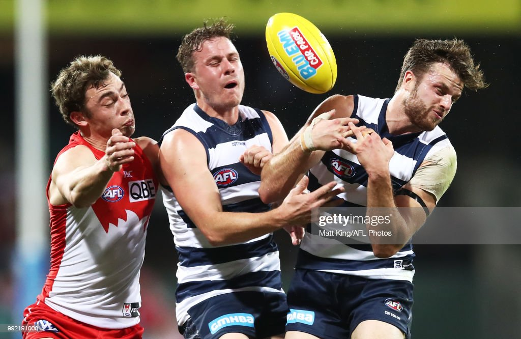 Will Hayward of the Swans competes for the ball against Mitch Duncan (C) and Jordan Murdoch (R) of the Cats during the round 16 AFL match between the Sydney Swans and the Geelong Cats at Sydney Cricket Ground on July 5, 2018 in Sydney, Australia.
