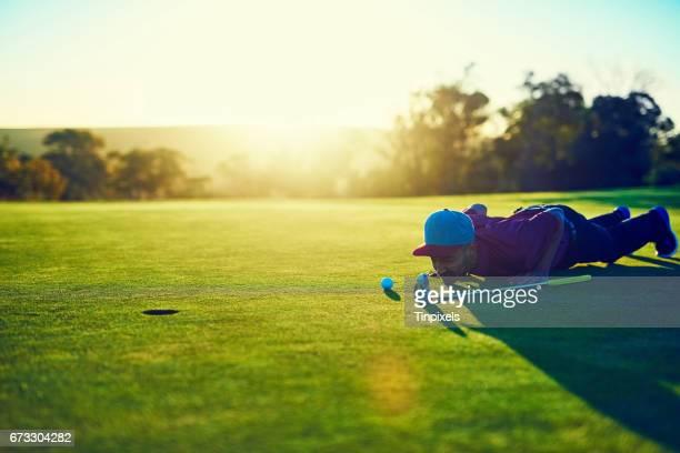 wird er machen es oder verpasst es? - einlochen golf stock-fotos und bilder