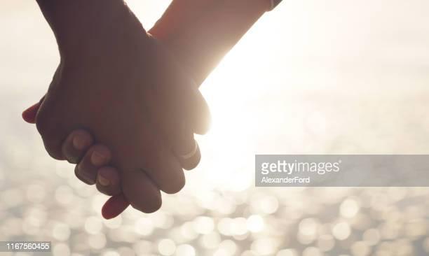 私は永遠にあなたの手を握ります - 結婚指輪 ストックフォトと画像