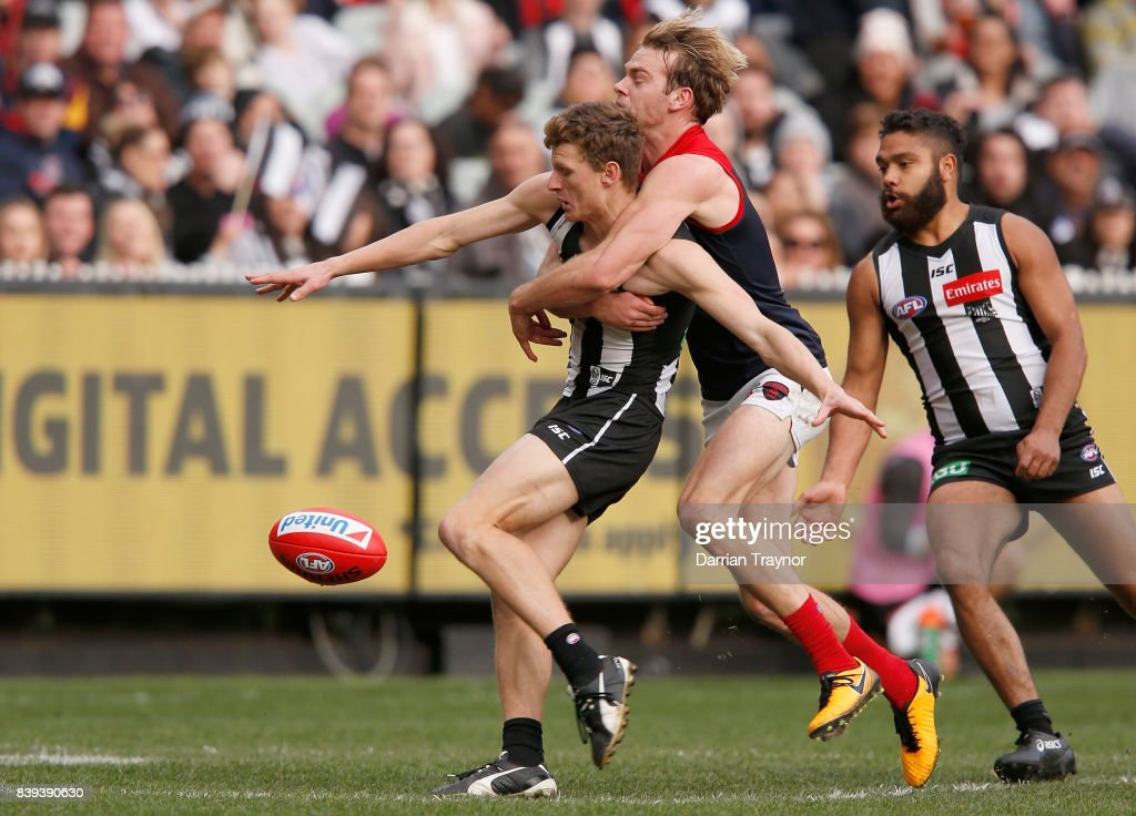 Will Hoskin-Elliott of the Magpies kicks the winning goal during the round 23 AFL match between the Collingwood Magpies and the Melbourne Demons at Melbourne Cricket Ground on August 26, 2017 in Melbourne, Australia.