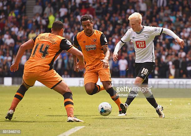 Will Hughes of Derby County is faced by Jake Livermore and Tom Huddlestone of Hull City during the Sky Bet Championship Play Off semi final first leg...