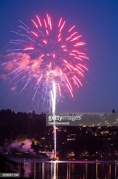 willamette river, portland, oregon, usa; fireworks - dan sherwood photography stock pictures, royalty-free photos & images
