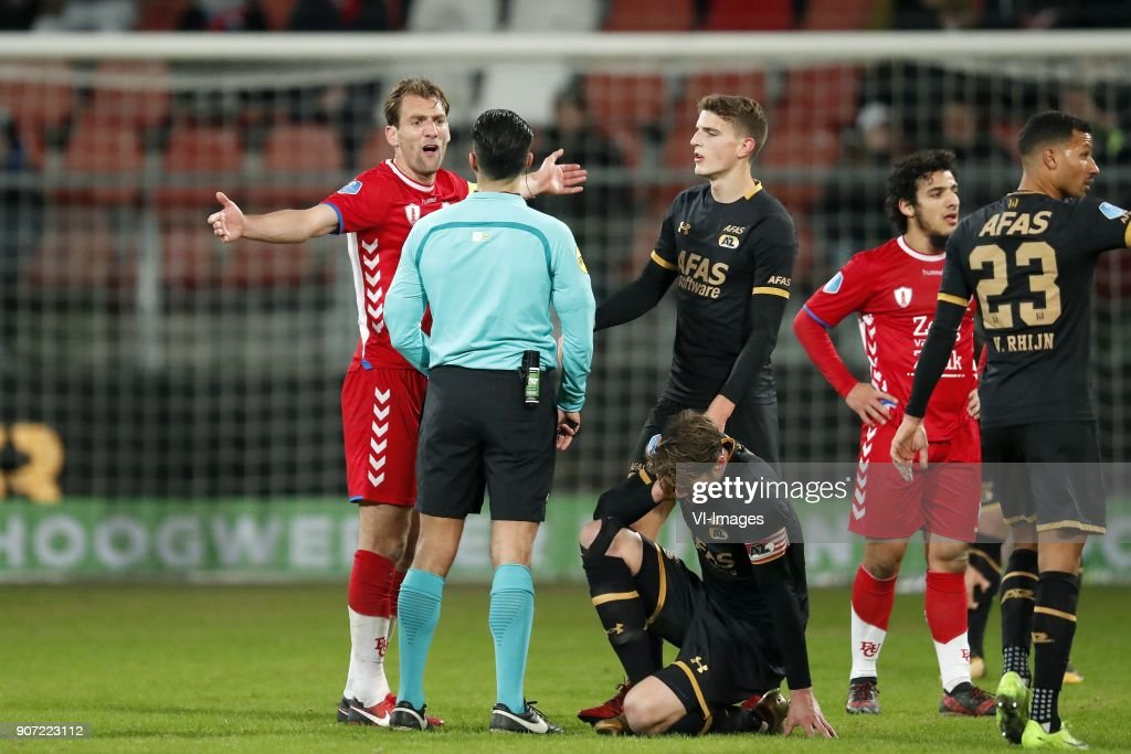 Willem Janssen of FC Utrecht, referee Serdar Gozubuyuk, Dabney dos Santos of AZ, Guus Til of AZ, Yassin Ayoub of FC Utrecht, Ricardo van Rhijn of AZ during the Dutch Eredivisie match between FC Utrecht and AZ Alkmaar at the Galgenwaard Stadium on January 19, 2018 in Utrecht, The Netherlands
