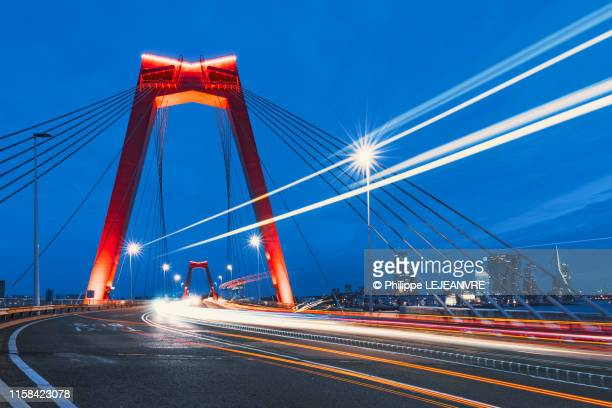 willemsbrug bridge at blue hour - ロッテルダム ストックフォトと画像