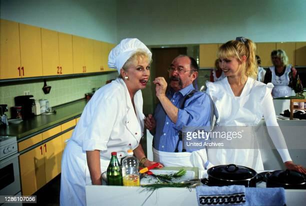 """Willi belegt einen Kochkurs, die Lehrerin Frau Hörner ist von seinem Talent begeistert, Uschi will von ihm lernen. """"Russische Eier"""" / Überschrift:..."""