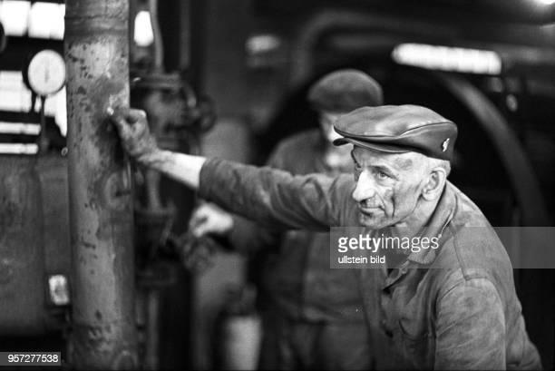 Willi Freier arbeitet an einer Brikettpresse in der Brikettfabrik 'Impuls' in Senftenberg aufgenommen am