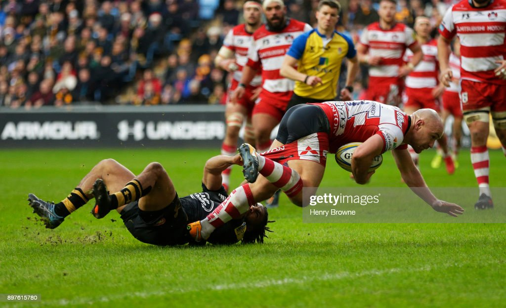 Willi Heinz of Gloucester scores their first try despite the efforts of Kyle Eastmond of Wasps during the Aviva Premiership match between Wasps and Gloucester Rugby at The Ricoh Arena on December 23, 2017 in Coventry, England.
