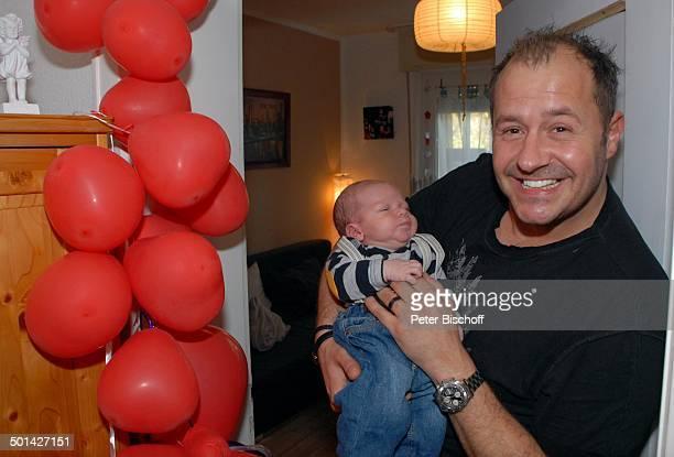 Willi Herren mit Enkel EmilioWilli Homestory Köln NordrheinWestfalen Deutschland Europa Luftballons Baby Enkelsohn Familie Schauspieler Sänger Promi...