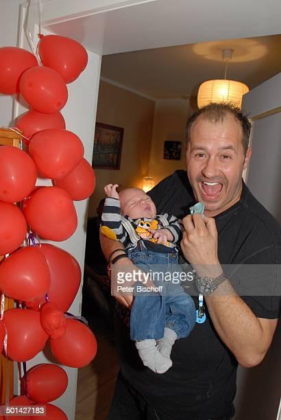 Willi Herren mit Enkel EmilioWilli Homestory Köln NordrheinWestfalen Deutschland Europa Luftballons Schnuller Baby Enkelsohn Familie Schauspieler...