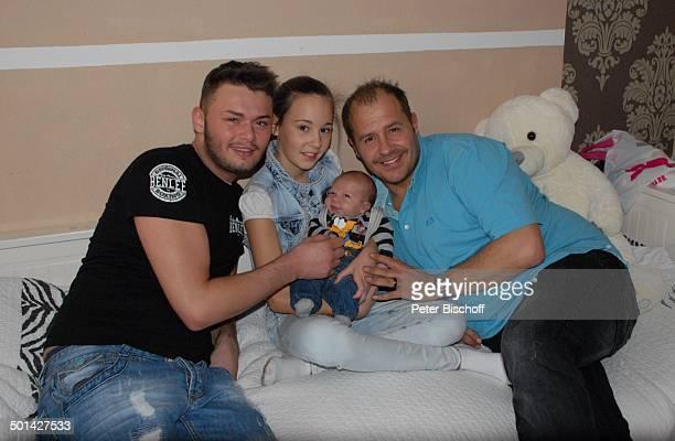 Willi Herren mit Enkel EmilioWilli Tochter Allessia Milane und Sohn Stefano Homestory Köln NordrheinWestfalen Deutschland Europa Bett Familie...