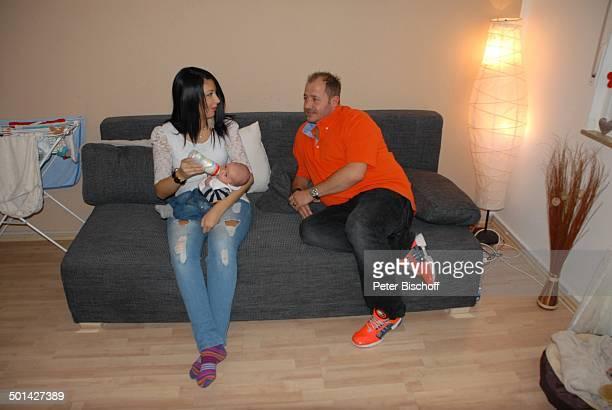 Willi Herren mit Lorena sowie Enkel EmilioWilli Homestory Köln NordrheinWestfalen Deutschland Europa Sofa Flasche Familie Schauspieler Sänger Promi...