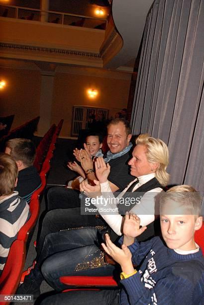"""Willi Herren mit Tochter Allessia Milane sowie seiner Managerin Jana Windolph mit ihrem Sohn als Gäste bei Theaterstück """"...dat nennt man Camping"""",..."""
